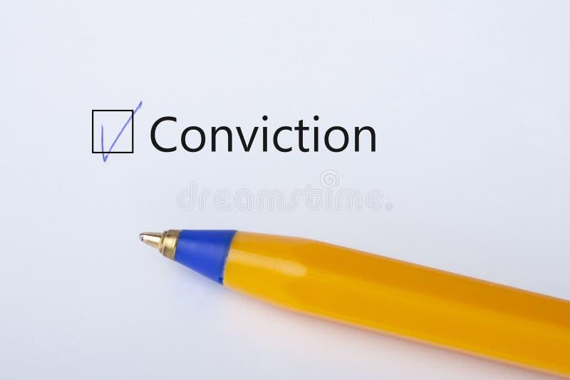 Осуждение - флажок с тиканием на белой бумаге с желтой ручкой Концепция контрольного списока стоковые изображения rf
