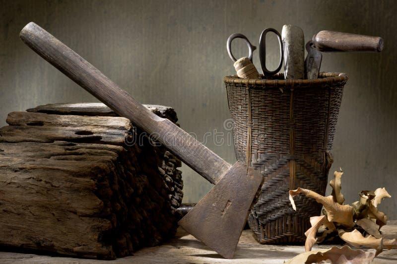 Ось с корзиной много инструментов стоковая фотография