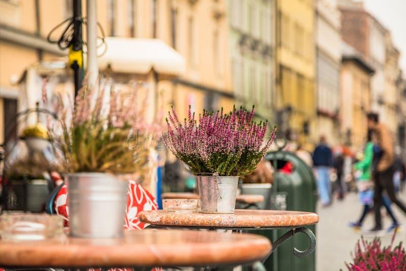 Ослабьте в красивом старом городке стоковое фото rf