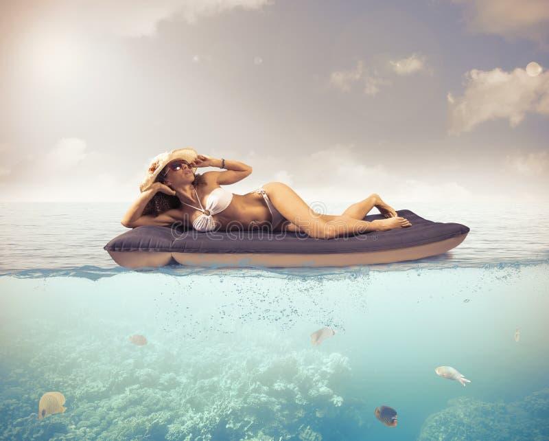 Ослабьте в тропическом море стоковые изображения rf