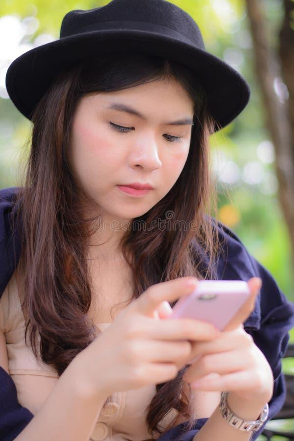 Ослабьте молодые женщин стоковая фотография rf