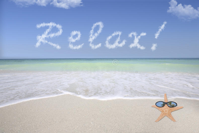 Ослабьте на пляже стоковые фотографии rf