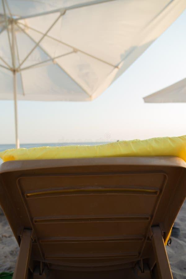 Ослабьте на пляже стоковое изображение