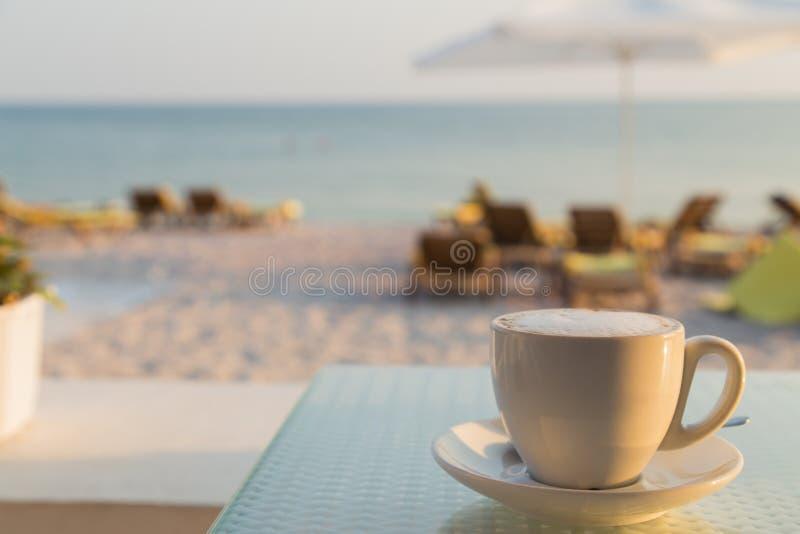 Ослабьте на пляже стоковая фотография rf