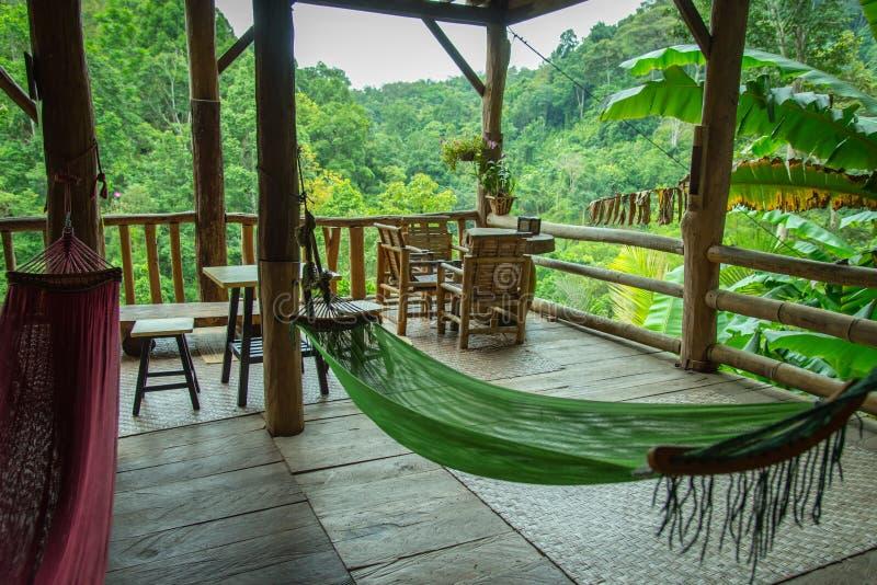 Ослаблять в хате бамбука леса стоковые изображения