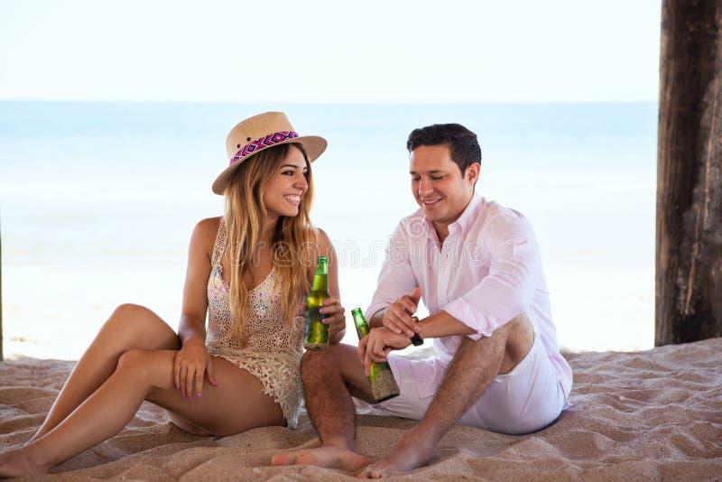 Ослаблять на пляже и flirting стоковая фотография