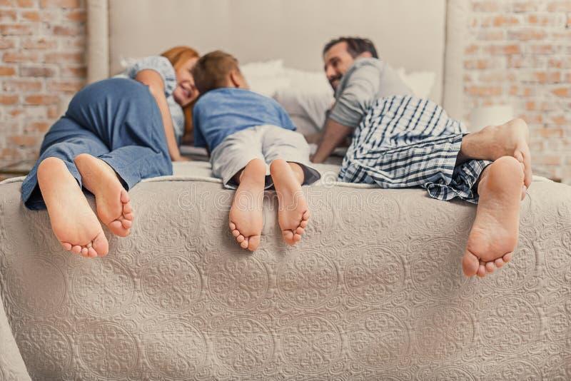 Download ослаблять семьи счастливый домашний Стоковое Изображение - изображение насчитывающей bedaub, мужчина: 81801221