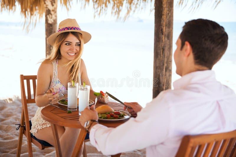 Ослабляющ и имеющ обед на пляже стоковые фотографии rf