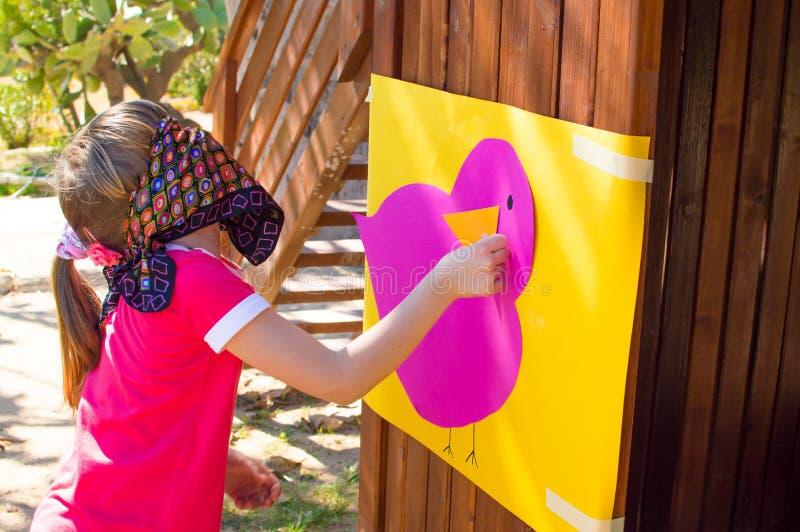 Ослепленная девушка играя игру стоковая фотография rf
