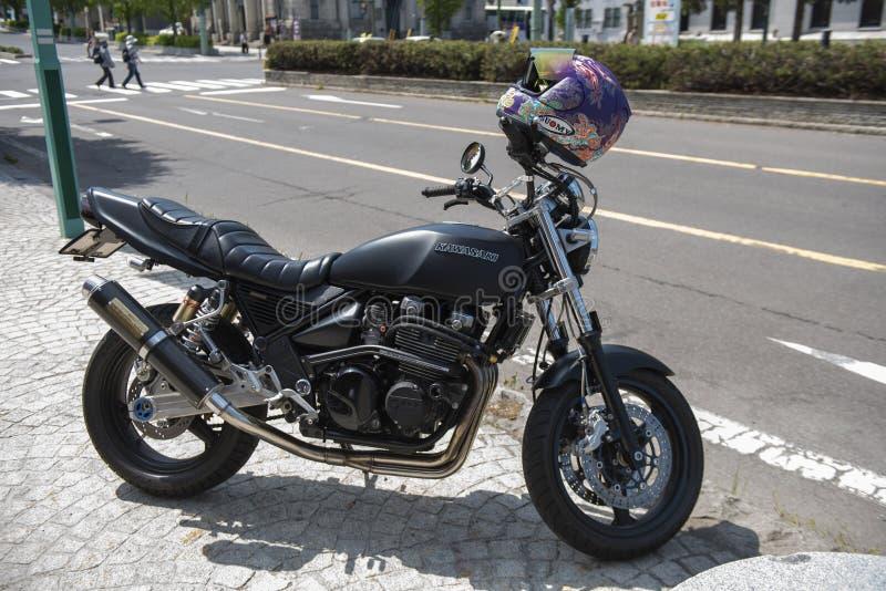 Отару, Хоккайдо, Япония - 19 мая 2019 года: Черный японский супервелосипед Кавасаки, припаркованный на тротуаре стоковые фотографии rf