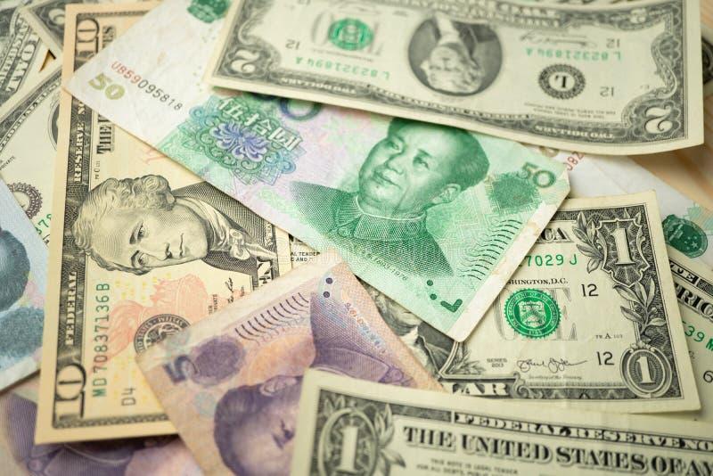 Отборный фокус стога 10 долларов США под банкнотой юаней Китая Концепция торговой войны между Соединенными Штатами и Китаем стоковое фото