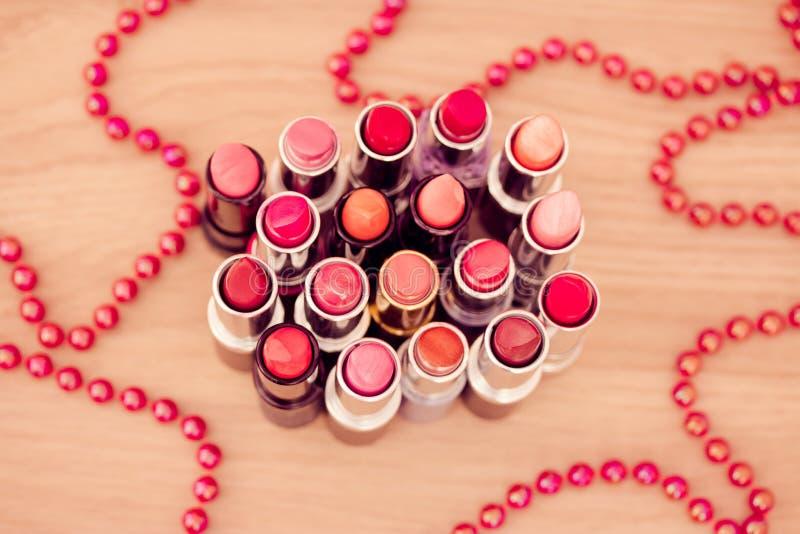 отбортованный красный цвет ожерелья губных помад очарования стоковое фото rf