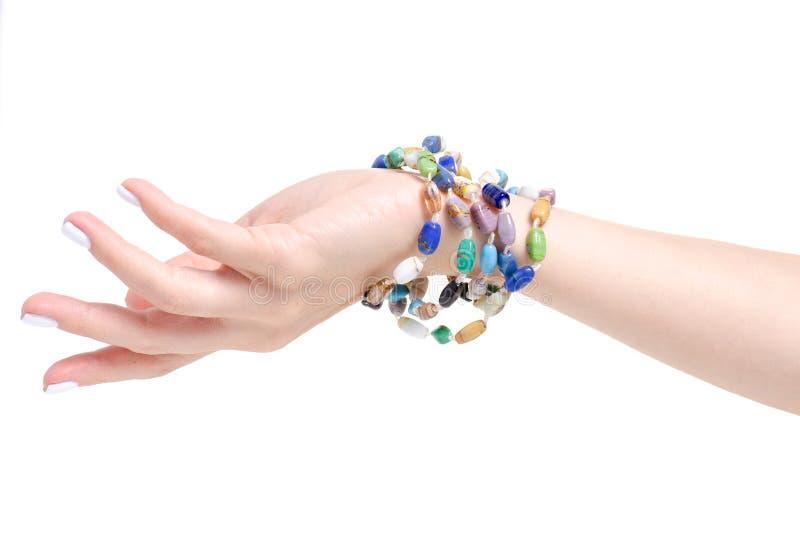 Отбортовывает красочный браслет камней в руке стоковые изображения