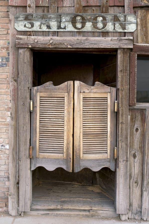 отбрасывать салона дверей старый западный стоковое изображение rf