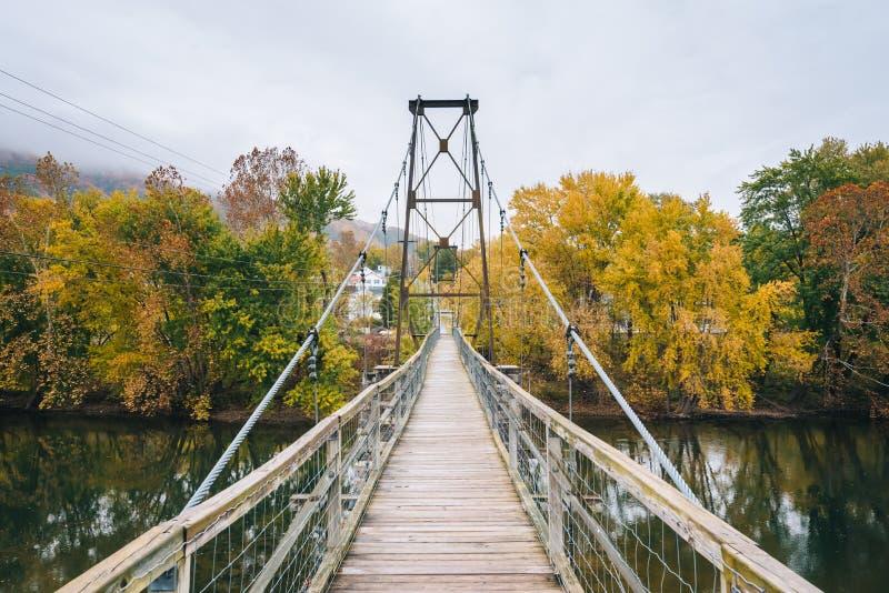 Отбрасывая мост над James River и цвет падения в Buchanan, Вирджинии стоковая фотография rf