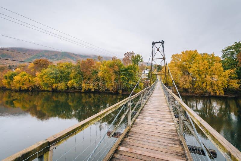 Отбрасывая мост над James River и цвет падения в Buchanan, Вирджинии стоковое фото rf