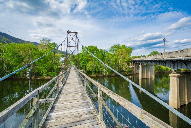 Отбрасывая пешеходный мост над James River в Buchanan, Вирджинии стоковое фото