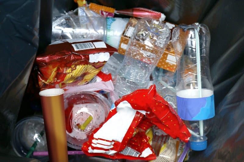 Отброс взгляда сверху в ящике, сбросе погани, пластиковом отходе бутылки в мусорной корзине, куче бутылки отброса пластиковой нен стоковые изображения