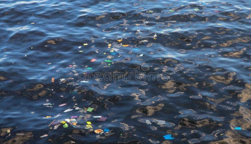 Отброс в морской воде Пластичная погань в океане экологическая проблема Городское загрязнение взморья стоковые фотографии rf