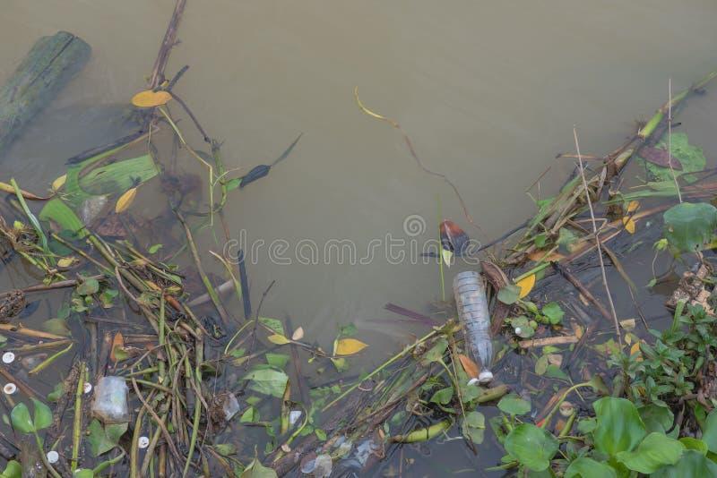 Отброс плавая в реку, загрязнение воды Экологическая проблема, предпосылка стоковые изображения