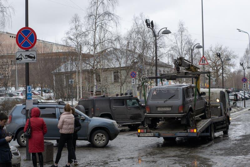 Отбуксировка незаконно припаркованного автомобиля которое нарушало местное сообщение и паркуя законы стоковое фото rf