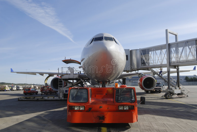 отбуксировка самолета стоковые фото