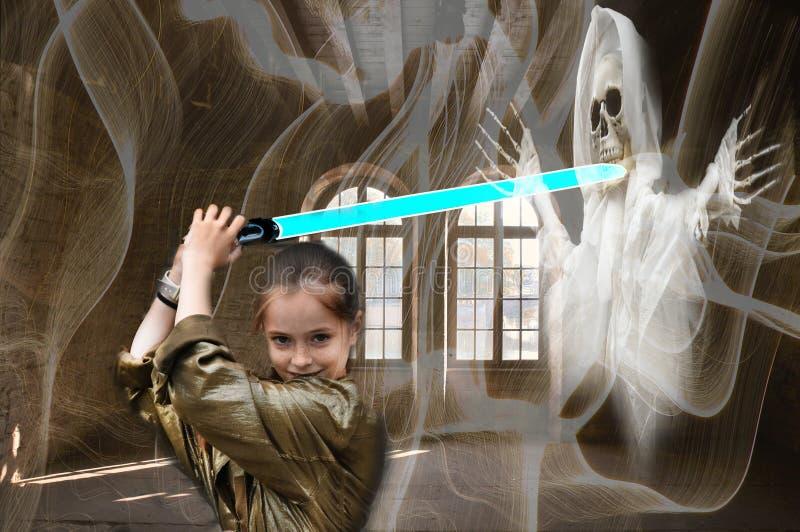 Отважная девушка как охотник призрака в преследовать особняке стоковые фотографии rf