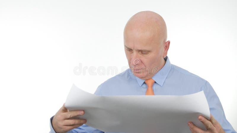 Отверстие бизнесмена и чтение проекта строительства стоковая фотография