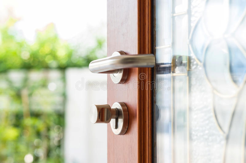Отверстие двери конца-вверх деревянное с предпосылкой сада нерезкости стоковое изображение rf