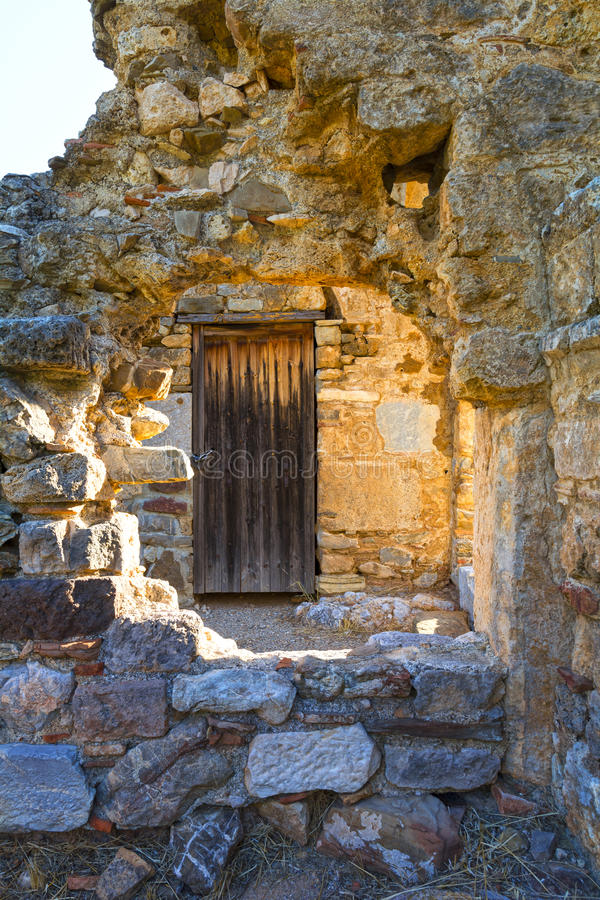 Отверстие в каменной стене стоковые изображения