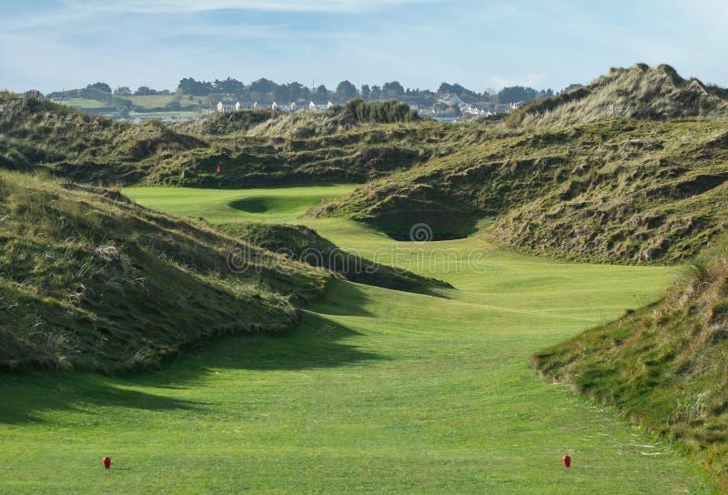 Отверстие гольфа связей с большими песчанными дюнами стоковые фотографии rf