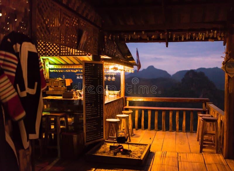 Отверстие магазина Coffe перед восходом солнца стоковые фотографии rf