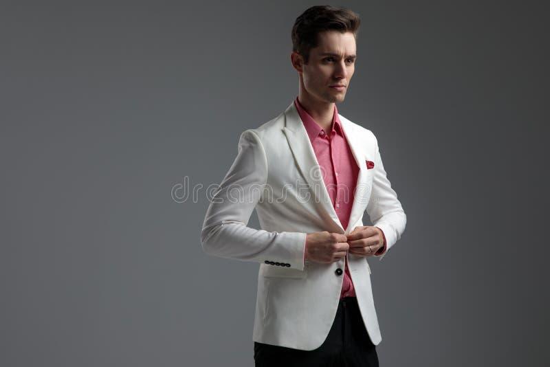 Отверстие человека или закрывать его whle куртки гостиной смотря прочь стоковое фото rf