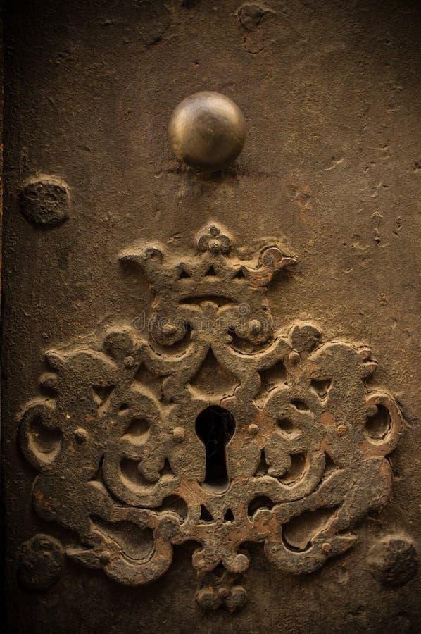 Отверстие для ключа в старой двери стоковое фото