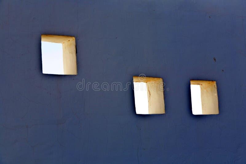 Download Отверстия в фасаде стоковое изображение. изображение насчитывающей выпуклины - 40588307
