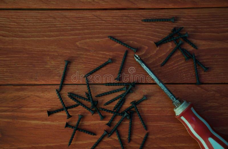 Отвертка с деревянными винтами стоковые фото