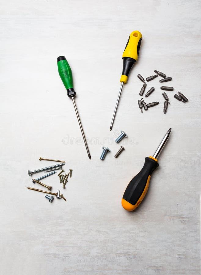 Отвертки и биты на предпосылке стола стоковое фото