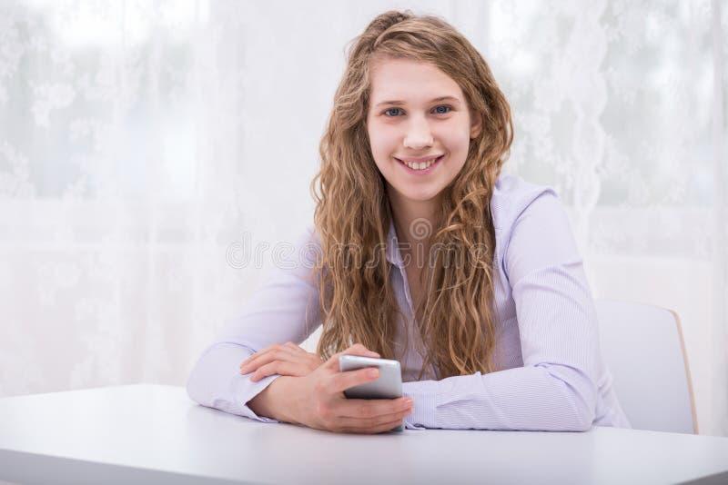 Ответственный подросток с новым мобильным телефоном стоковая фотография