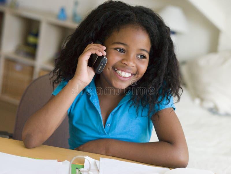 отвлеканная девушка ее детеныши домашней работы стоковое изображение rf