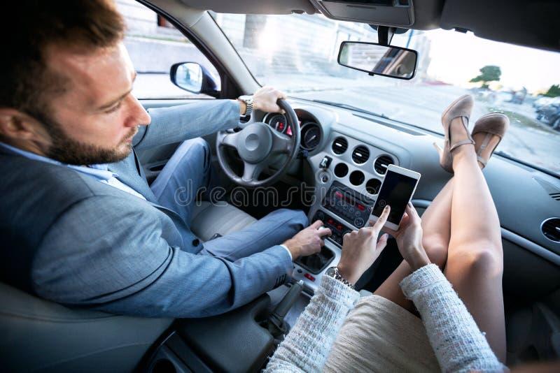 Отвлекать водителя с мобильным телефоном стоковая фотография rf