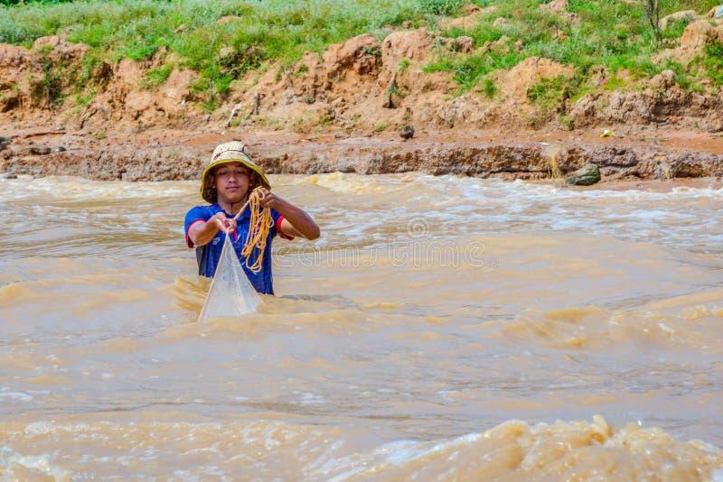 Отделка рыболова в реке стоковая фотография