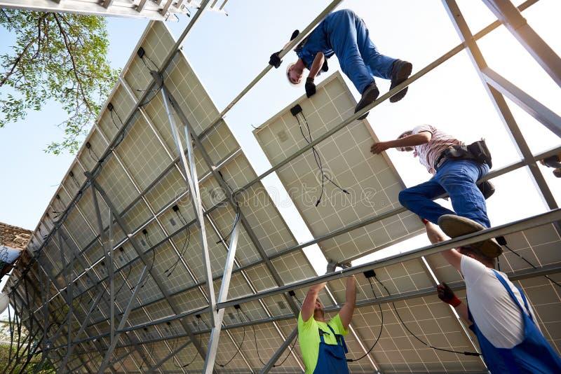 Отдельно стоящая внешняя установка системы панели солнечных батарей, зеленая концепция способная к возрождению поколения энергии стоковые фотографии rf