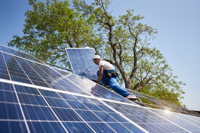 Отдельно стоящая внешняя установка системы панели солнечных батарей, зеленая концепция способная к возрождению поколения энергии стоковые изображения rf