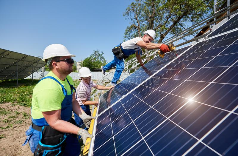 Отдельно стоящая внешняя установка системы панели солнечных батарей, зеленая концепция способная к возрождению поколения энергии стоковая фотография