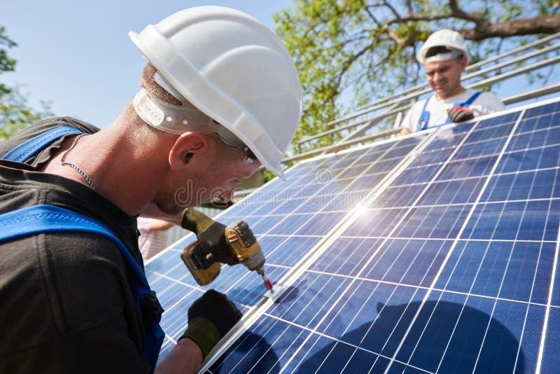 Отдельно стоящая внешняя установка системы панели солнечных батарей, зеленая концепция способная к возрождению поколения энергии стоковое изображение rf