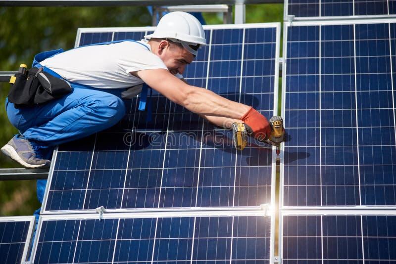Отдельно стоящая внешняя установка системы панели солнечных батарей, зеленая концепция способная к возрождению поколения энергии стоковое фото