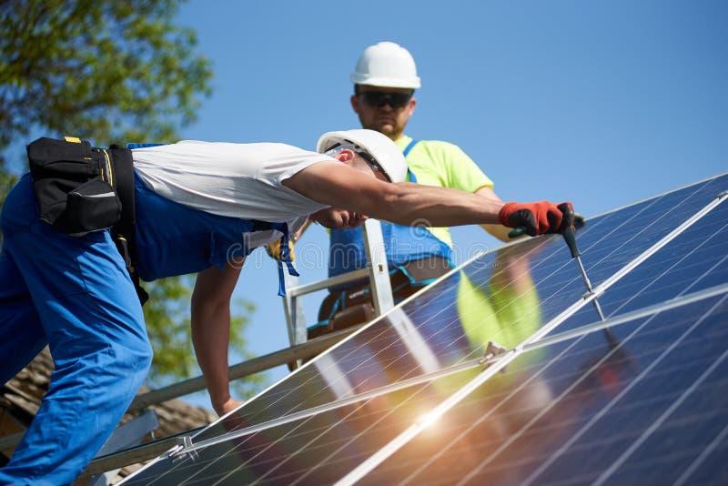 Отдельно стоящая внешняя установка системы панели солнечных батарей, зеленая концепция способная к возрождению поколения энергии стоковые фото
