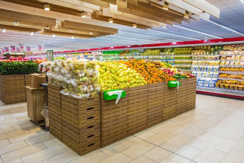 Отдел фрукта и овоща, свежо сжатые клети свежих фруктов стоковые изображения rf