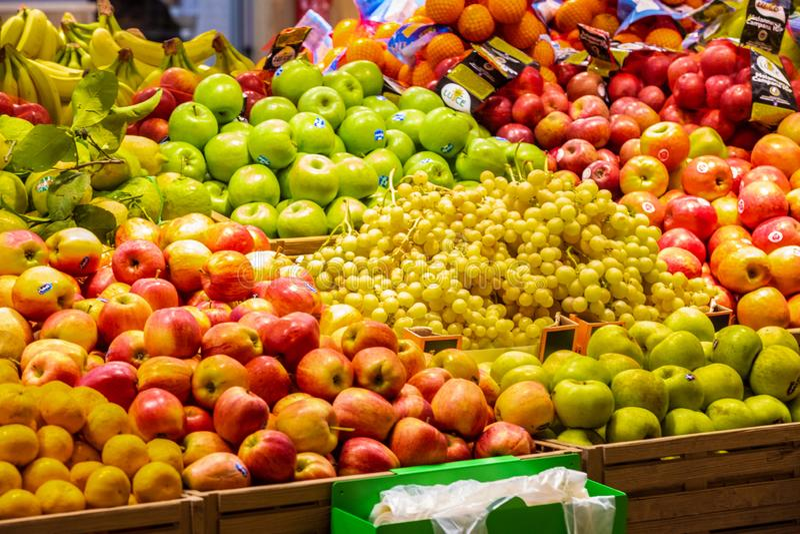 Отдел фрукта и овоща, свежо сжатые клети свежих фруктов стоковая фотография rf