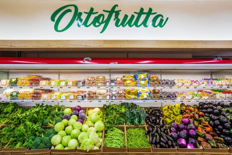 Отдел фрукта и овоща с многочисленными разнообразиями стоковая фотография